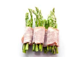 pancetta che avvolge asparagi sull'isolato foto