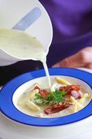 zuppa di asparagi con fette di pancetta arrosto foto
