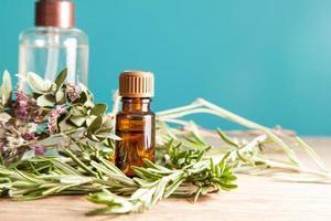 bottiglia con olio aromatico e rosmarino foto