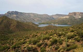 Lago Apache circondato dalle montagne foto