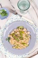 risotto dietetico di riso selvatico con tacchino e asparagi foto