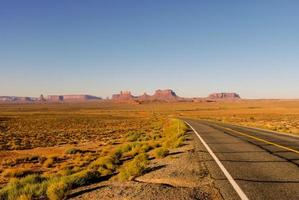 alta autostrada deserta foto