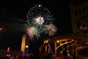 fuochi d'artificio e folla foto