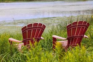 sedie sul fiume foto