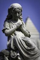statua di ragazza in preghiera foto