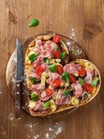 pizza a forma di cuore foto