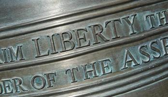 primo piano di scritte sulla campana della libertà orizzontale