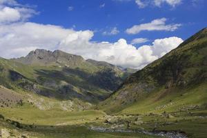 valle del fiume ara, montagne dei pirenei foto
