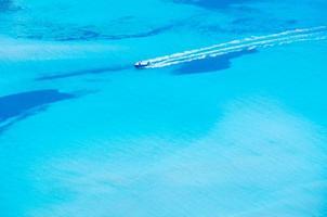 barca che guida in una bellissima baia foto