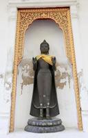 fila di immagini sacre di buddha in foto