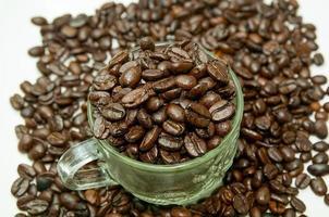 chicchi di caffè in una tazza di vetro