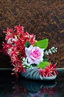 scarpa della signora del grunge di natura morta disposta con il fiore foto