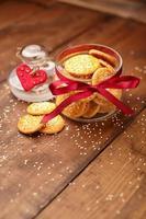 biscotti al formaggio su fondo in legno foto