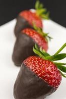 fragole ricoperte di cioccolato foto