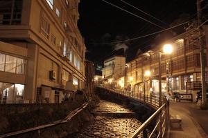 notte in una città osen giapponese foto