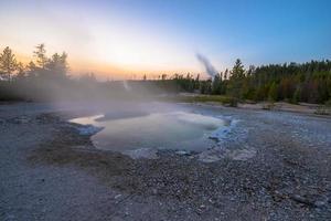 bacino del geyser di Norris dopo il tramonto foto