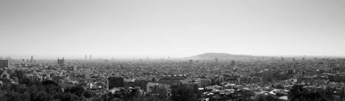 vista panoramica di barcellona e del mar mediterraneo