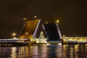 il ponte del palazzo a san pietroburgo russia foto