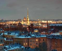 San Pietroburgo edificio residenziale sullo sfondo della fortezza di Pietro e Paolo. foto