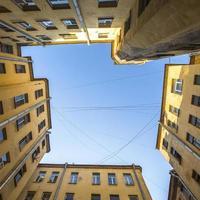 cortile-bene nella vecchia architettura di st. Petersburg. foto