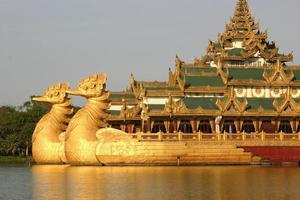 la chiatta galleggiante del drago, la sala karaweik, lo yangon, la birmania foto