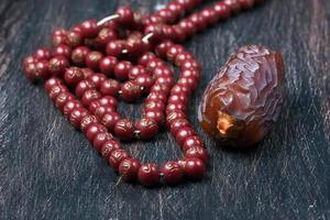 datteri frutta e rosario ancora in vita foto
