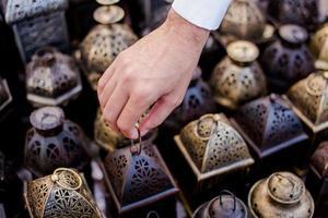 uomo arabo raccogliendo una lanterna araba foto