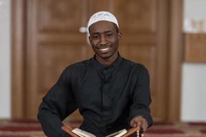 Ritratto di giovane uomo musulmano sorridente foto