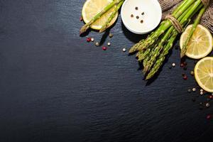 asparagi su una superficie scura. sfondo di cibo foto