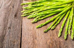 mazzo di asparagi verdi freschi foto