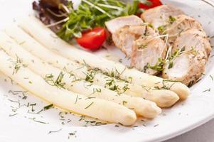 asparagi bianchi con medaglione di maiale foto