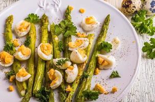 asparagi grigliati con uova di quaglia foto