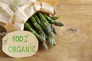 mazzo di asparagi verdi biologici freschi