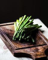 mazzo di lance di asparagi verdi freschi legati con spago