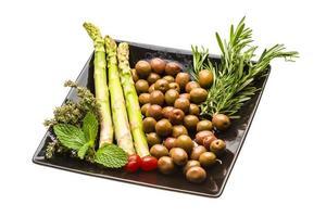 olive, asparagi, rosmarino, menta, timo e pomodoro foto