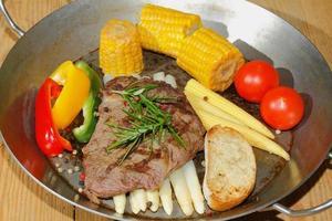 bistecca di manzo alla griglia asparagi, peperoni, pannocchia foto