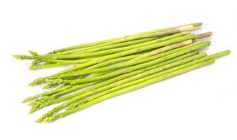 asparagi verdi isolati su sfondo bianco foto