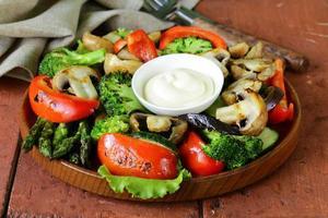 antipasto di verdure grigliate (peperoni, asparagi, zucchine, broccoli) foto