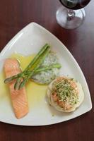 vista dall'alto del piatto di salmone con asparagi