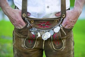 uomo in tradizionali pantaloni di pelle bavarese foto