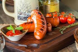 salsicce alla griglia con cavolo, pomodoro foto