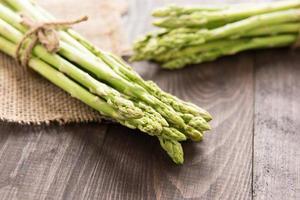 mazzo di asparagi verdi freschi su una tavola di legno rustica