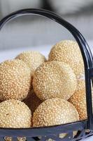 palline di sesamo vietnamite ripiene di pasta di fagioli verdi foto
