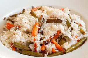 riso con fagiolini fritti e giovani carote foto