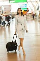 donna di affari indiana che cammina nell'aeroporto foto