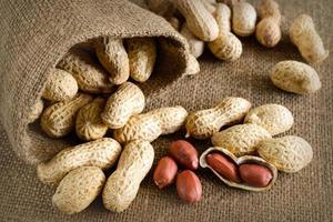 arachidi sbucciate su noccioline bene