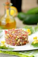 tartare di tonno con fiori di sedano e zucchine foto
