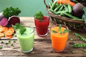 frullato di verdure detox sul tavolo di legno