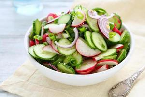 insalata di primavera con ravanello in ciotola foto
