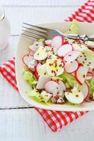 insalata con ravanello e uova, primo piano dell'alimento foto